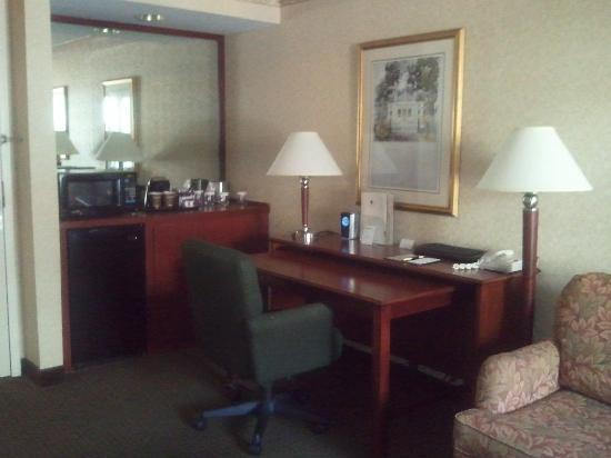 Doubletree Suites by Hilton Hotel Cincinnati - Blue Ash: Nice counter/fridge area plus Desk