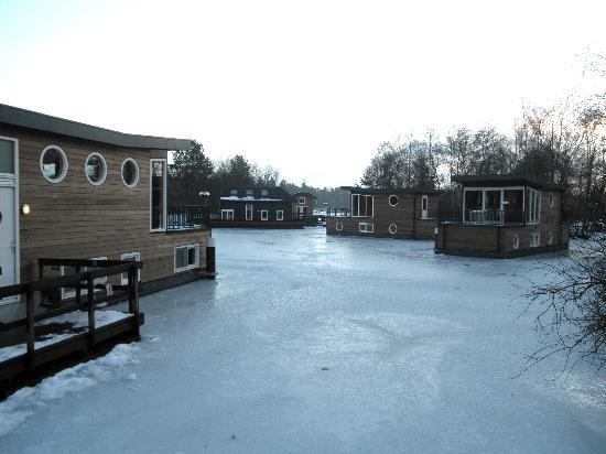 Center Parcs De Kempervennen: Boat houses on the frozen lake