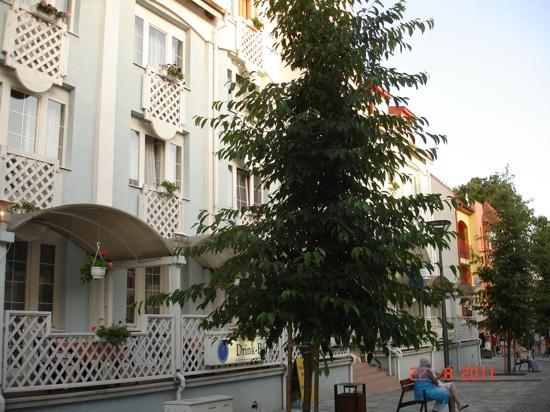 Apartments Sunset Lanterna: отель Erzebet центральный вход
