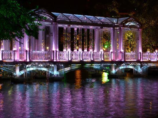 Lijiang Waterfall Hotel: illuminated bridge