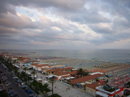 Hotel Residence Villa Jolanda: View from the roof - you're in front of seaside !