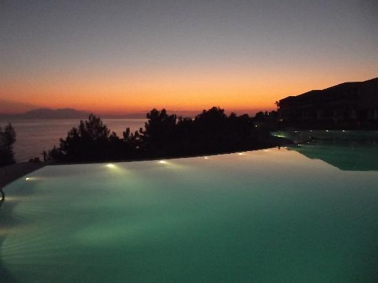 Ikos Oceania: Sunset over the mian pool
