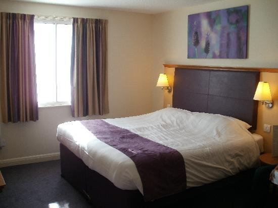 Premier Inn Swindon North Hotel: room 100