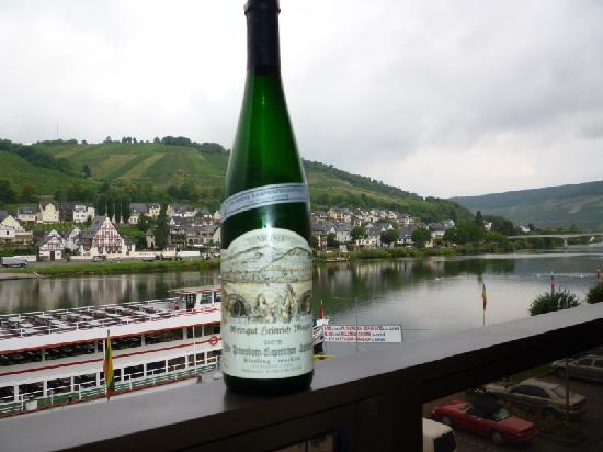Weinhaus Mayer: Wine on the balcony overlooking the Mosel!