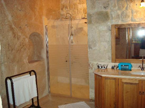 Esbelli Evi Cave Hotel: Two shower heads, large bathroom