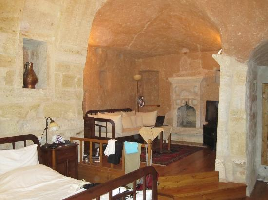 Esbelli Evi Cave Hotel : The living room with wide screen TV and Laptop supplied.