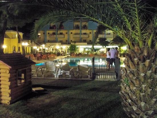 Hotel Parco dei Principi: piscina di sera