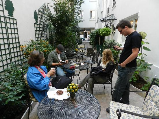 Hotel de Varenne : The courtyard is small but lovely.