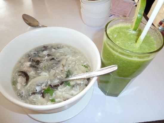 Restaurant Taman Pringsewu: Hühnersuppe mit Pilzen, Avokadosaft