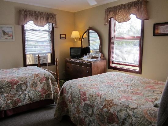Inn at Harbor Hill Marina: a two bed room