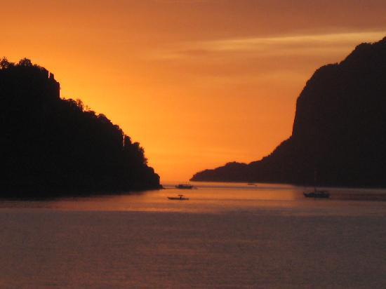 El Nido Beach Hotel: Sunset from my room