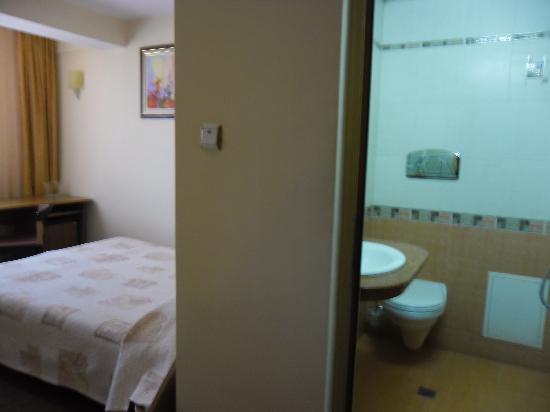 Dafi Hotel: View from doorway: part of bathroom, part of bedroom