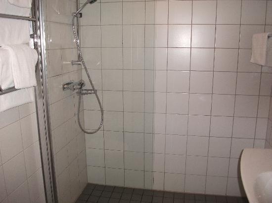 فيرست هوتل جي: Bathroom