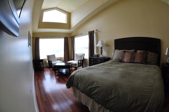 Three Arch Inn: The Oceanside Room 1