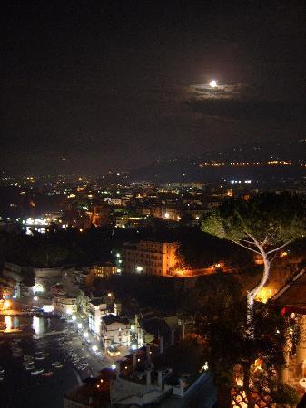 Minerva Hotel: by night