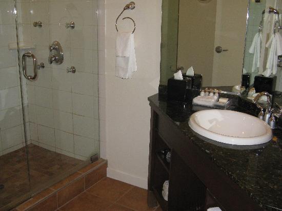 ميتيرا هوتل أون وايت: bathroom