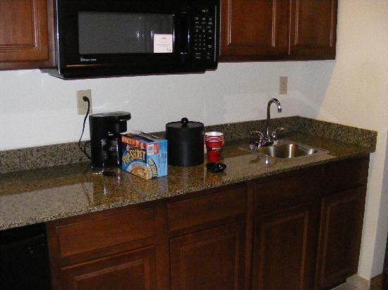 BEST WESTERN PLUS Valdosta Hotel & Suites : kitchen