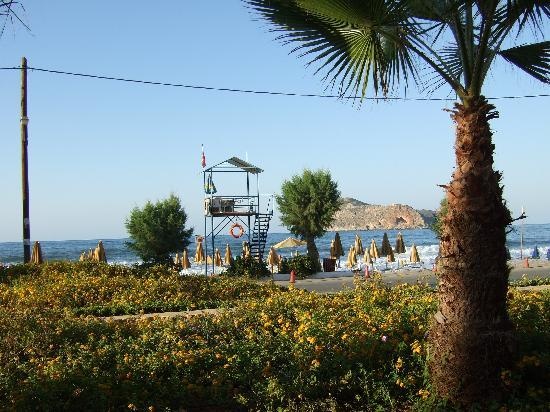 Porto Platanias Beach Resort & Spa: Utsikten fra rommet vårt i 1 etg. i Palazzo bygget ned mot havet.