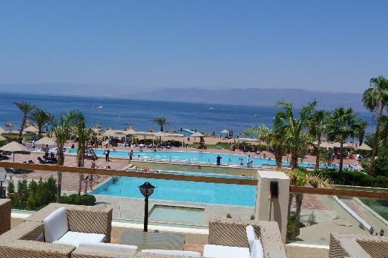 Grand Swiss-Belresort Tala Bay, Aqaba: Zicht op hoofdzwembad.