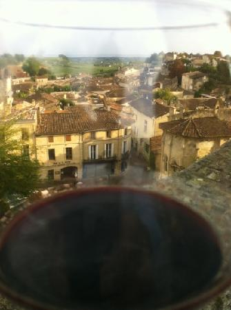 Saint-Émilion, Frankrig: St. Emillion through my wine glass.
