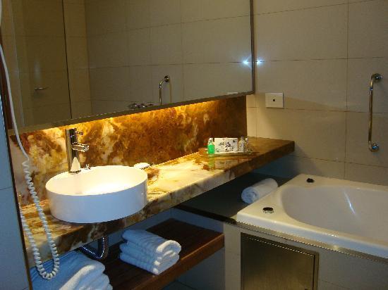 ดีไซน์สวีตซัลตา: Baño más que espacioso