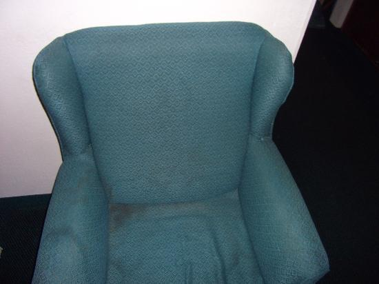 Country Inn & Suites By Carlson, Chattanooga I-24 West: Gross chair in our room.