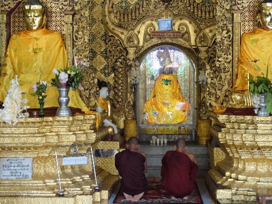 เจดีย์ชเวดากอง: Young Monks at prayer