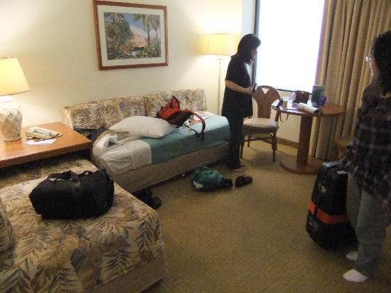 OHANA Waikiki Malia by Outrigger : リビングルーム ソファーベッドが2つ