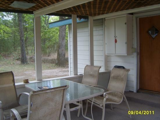 Fishuntime Resort: screened in porch, off cabin #6