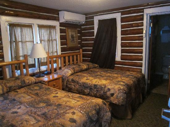 State Game Lodge: 6 person housekeeping cabin