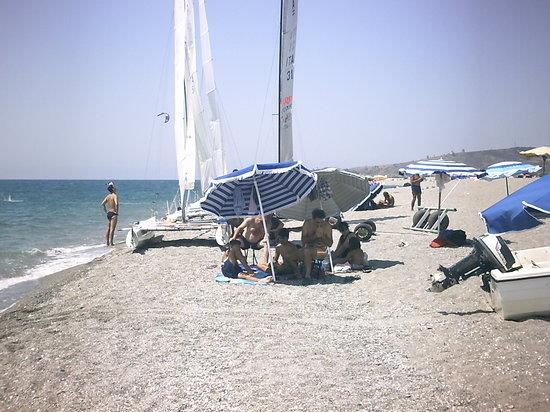 Gizzeria, อิตาลี: catamarano sulla spiaggia
