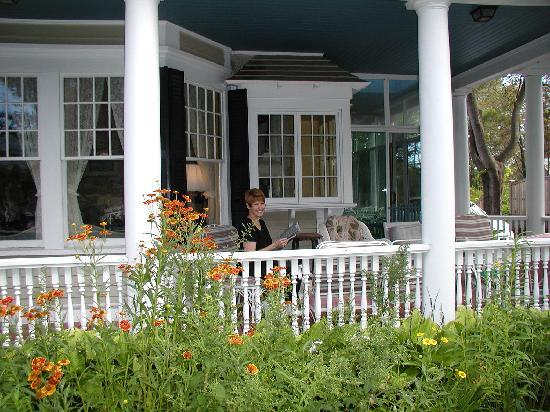 Mira Monte Inn: Relaxing on front porch