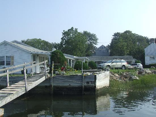 Shea's Riverside Inn & Motel: Picture from the Dock in front of Motel