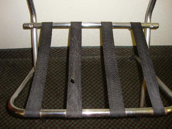 Knights Inn Crawfordsville: Luggage rack that needs serious help