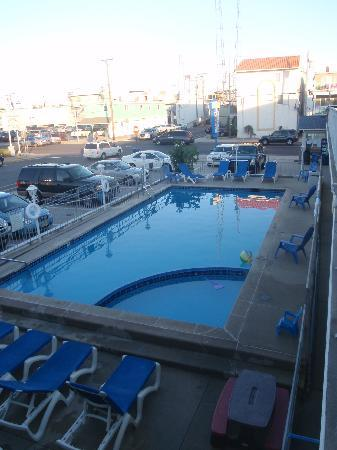 Nantucket Inn & Suites: Pool as seen from 2nd floor.