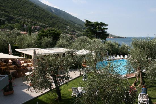 Hotel Baia Verde Malcesine: Hage med spieområde, bar og svømmebasseng