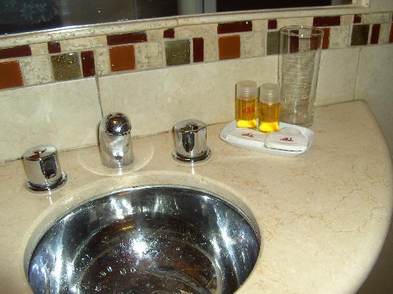 Alex Hotel: Sauberes Bad mit Seife und Shampoons