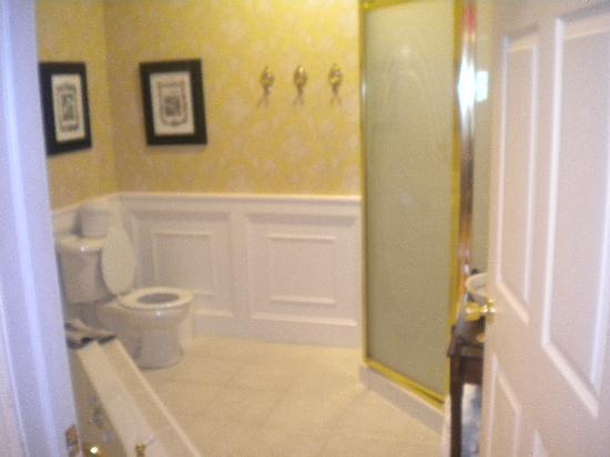 The 1896 House Country Inn - Barnside Inn: Bathroom 206
