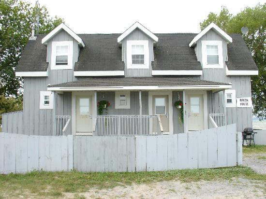 Isaiah Tubbs Resort: Front view of the beach houses