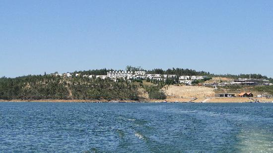 Montebelo Aguieira Lake Resort & Spa: O Hotel visto do lago (passeio de barco)