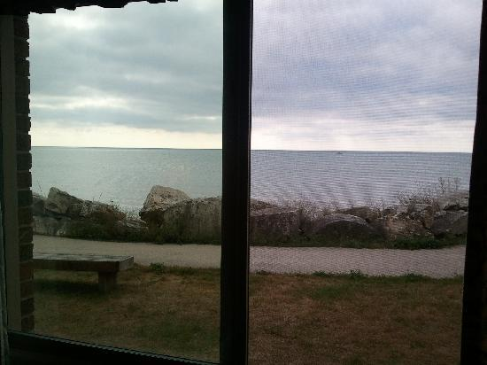 Lighthouse Inn Hotel: Really close to the lake.
