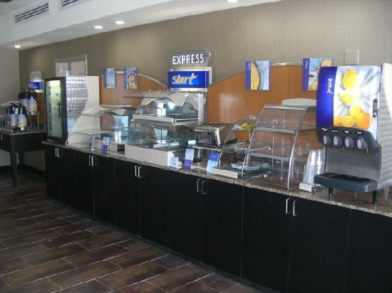 Holiday Inn Express Hotel & Suites Wichita Northwest Maize K-96: Hot breakfast buffet