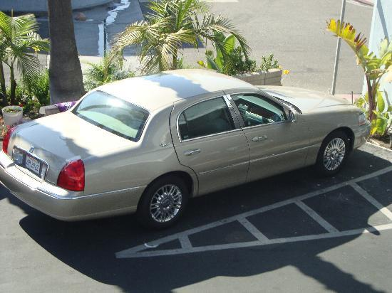 Newport Channel Inn: Nice parking lot with plenty of room for a large car!