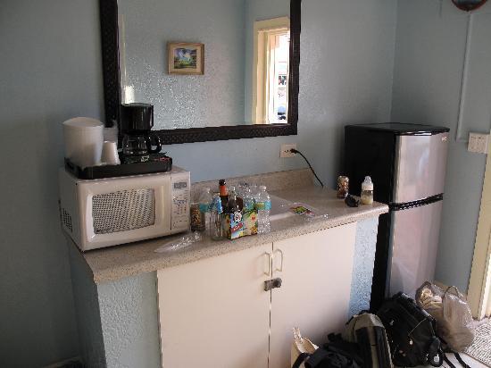 Sea Dell Motel: Kitchen area, across from the bathroom
