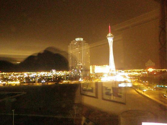 โรงแรมฮิลตัน แกรนด์ เวเคชั่น คลับ ออน เดอะ ลาสเวกั: Window view at night