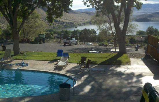 Super 8 Gardnerville Topaz Lake: Pool and view to the lake!