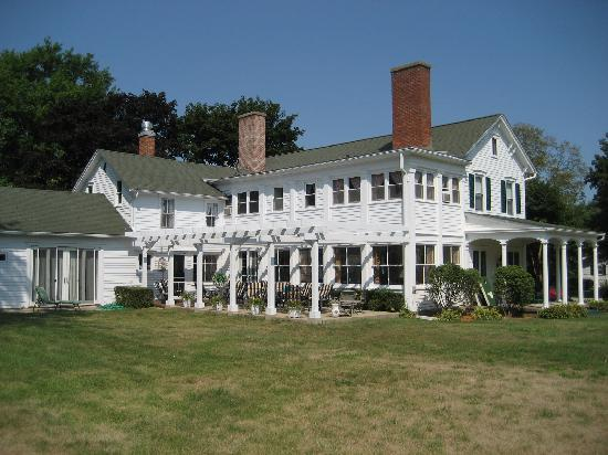 Chestnut Street Inn: View of patio and pergola
