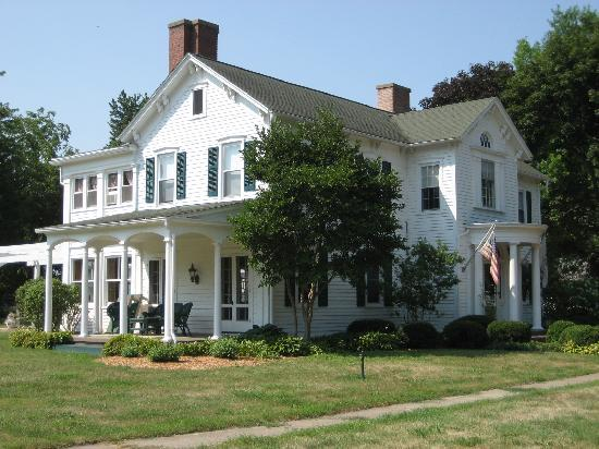 Chestnut Street Inn: Side view of the Inn
