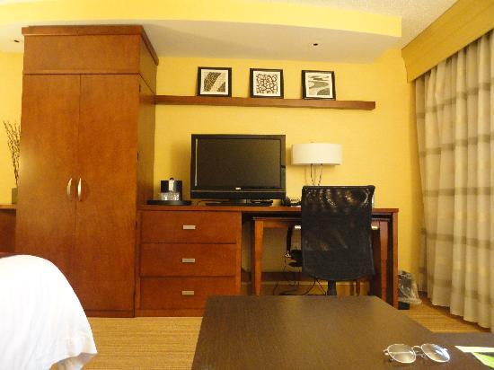 Courtyard by Marriott Sioux Falls: Another view of the room