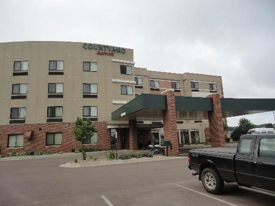 Courtyard by Marriott Sioux Falls: The front view from the parking lot